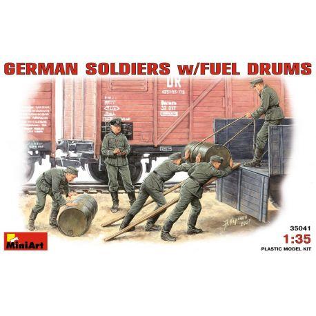 Soldados Alemanes con Bidones de Combustible